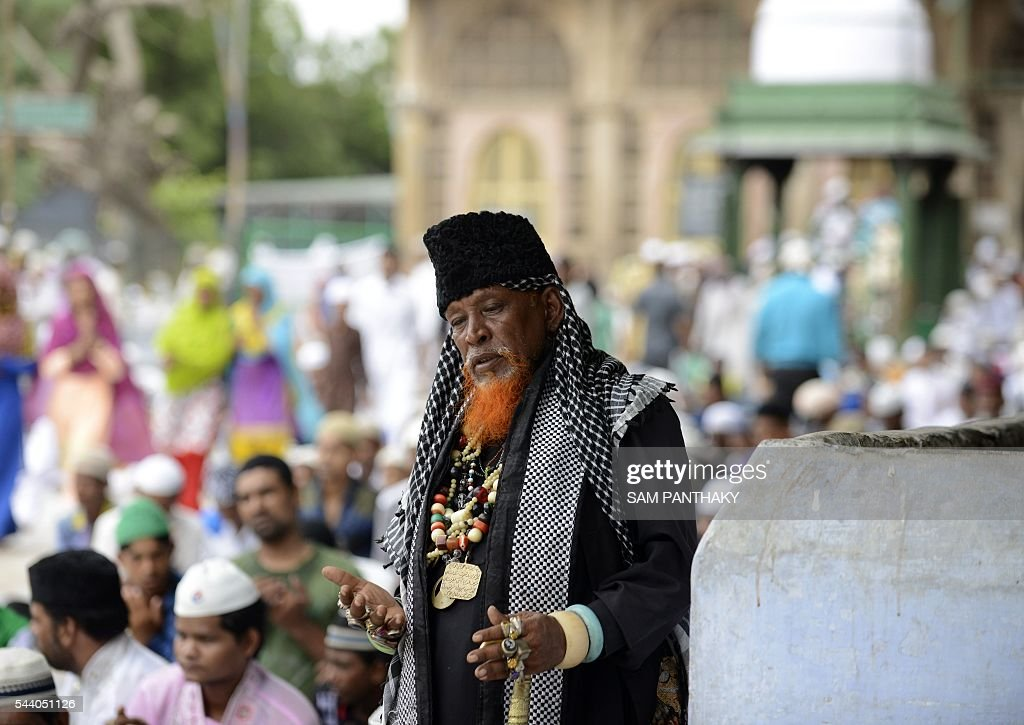 Indian Muslims offer prayers on the last congregational Friday prayers of the holy month of Ramadan, in the complex of ancient Shah-E-Alam Roza and Mosque in Ahmedabad on July 1, 2016. Muslim devotees took part in the last Friday prayers ahead of the Eid al-Fitr festival marking the end of the fasting month of Ramadan, which is dependent on the sighting of the moon. / AFP / SAM