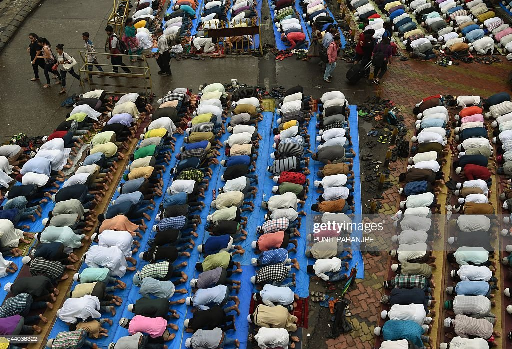 Indian Muslims offer prayers on the last Friday of the holy month of Ramadan outside the Bandra railway station in Mumbai on July 1, 2016. Islam's holy month of Ramadan is celebrated by Muslims worldwide and marked by fasting, abstaining from foods, sex and smoking from dawn to dusk for soul cleansing and strengthening the spiritual bond between them and the Almighty. / AFP / PUNIT