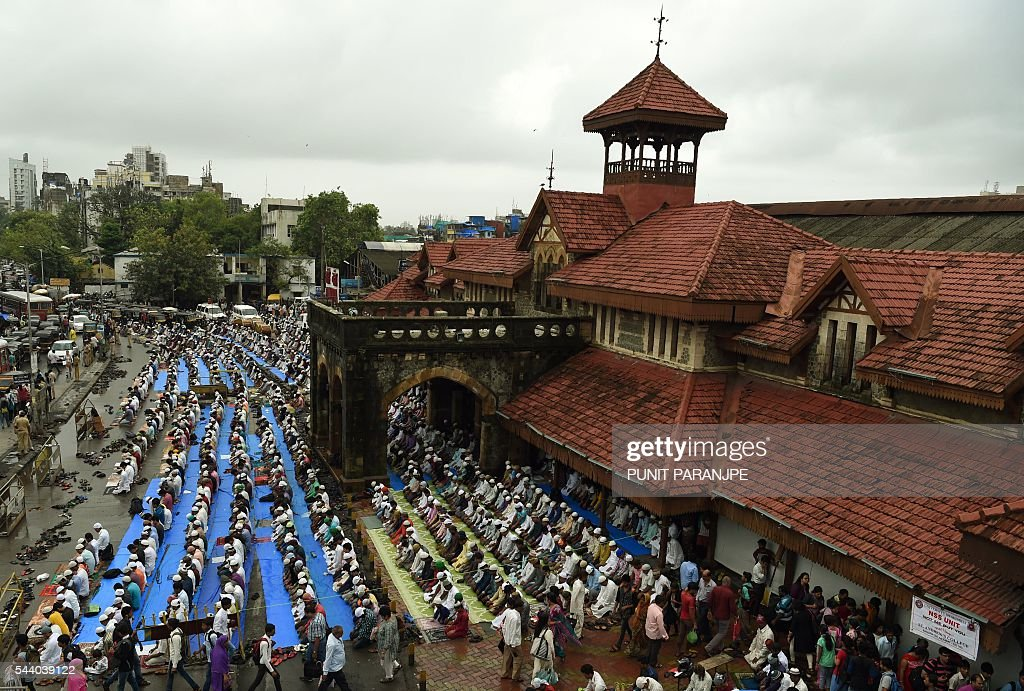 Indian Muslims offer prayers on the last Friday of the holy month of Ramadan outside the Bandra railway station in Mumbai on July 1, 2016. Islam's holy month of Ramadan is celebrated by Muslims worldwide marked by fasting, abstaining from foods, sex and smoking from dawn to dusk for soul cleansing and strengthening the spiritual bond between them and the Almighty. / AFP / PUNIT