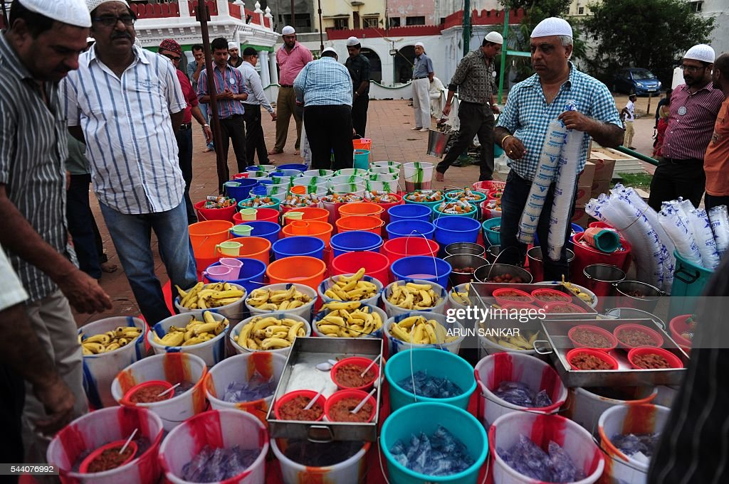 Indian Muslims prepare food to break the fast with the Iftar meal during the Islamic month of Ramadan at The Wallajah Big Mosque in Chennai on July 1, 2016. Across the Muslim world, the faithful fast from dawn to dusk and abstain from eating, drinking, smoking and having sex during that time as they strive to be more pious and charitable. / AFP / ARUN