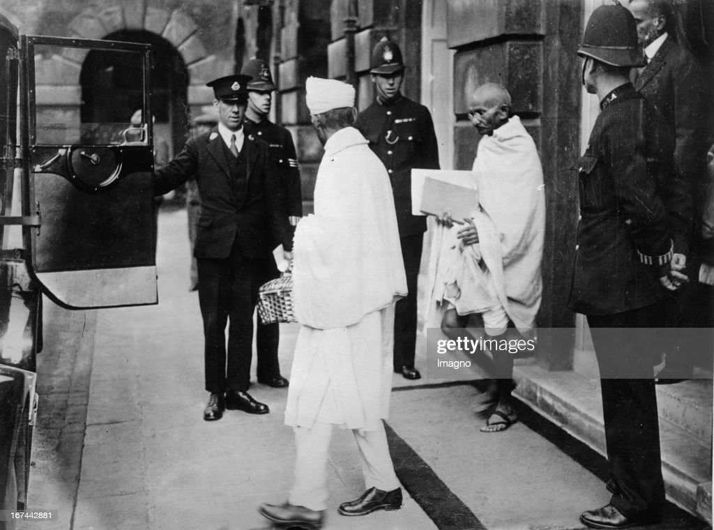 Indian pacifist Mahatma Gandhi leaves the St. James's Palace in London. Photograph. 1931. (Photo by Imagno/Getty Images) Der indische Pazifist Mahatma Gandhi verlässt den St. James Palast in London. Photographie. 1931.