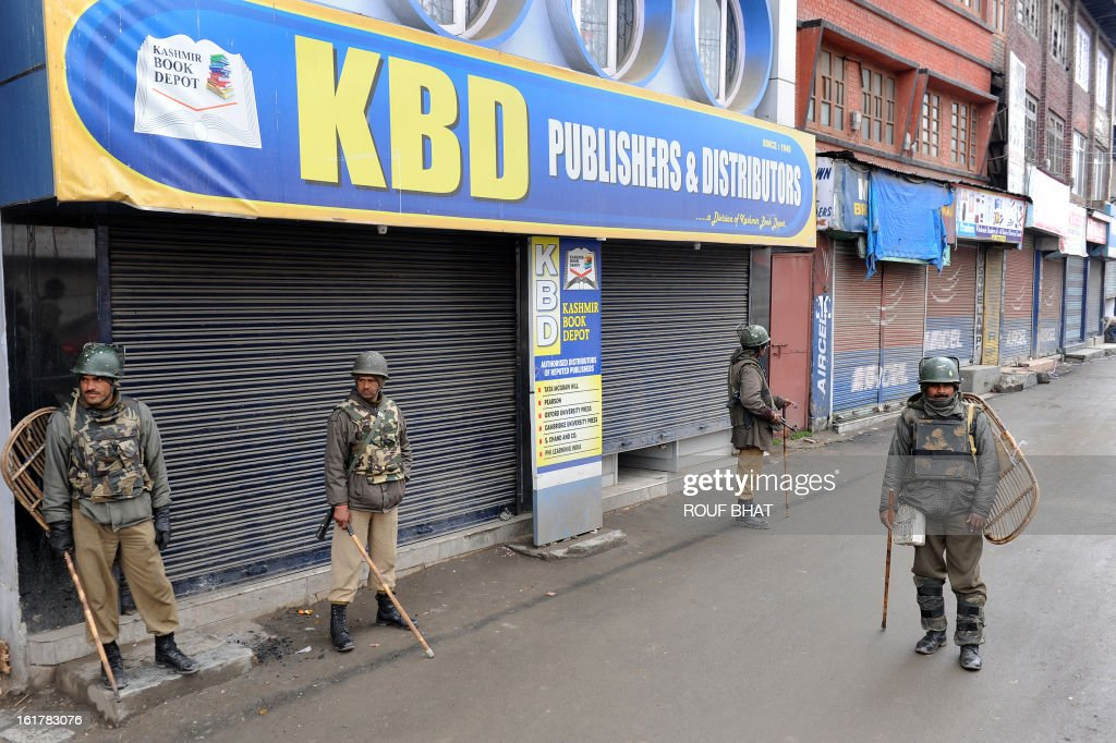 Indian paramilitary soldiers stand guard during a strike in Srinagar on February 16, 2013. A curfew imposed in Indian Kashmir after the execution of a separatist convicted over a 2001 attack on parliament was lifted Saturday but a strike against the hanging paralysed the region. AFP PHOTO/ Rouf BHAT