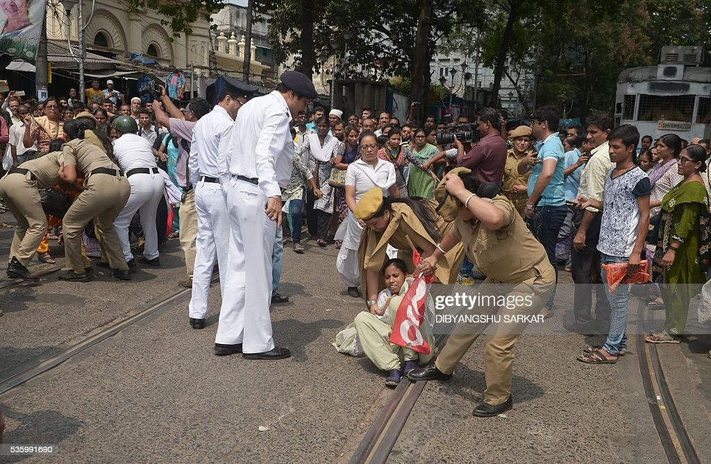 Indian police arrest activists from the Social Unity Centre of India (SUCI) organisation as they block a road during a protest against a gang rape in Kolkata on May 31, 2016. A woman was kidnapped and gang-raped by at least four men on May 29 in the Salt Lake area of the city and is currently being treated in hopsital, local media reported. / AFP / Dibyangshu SARKAR