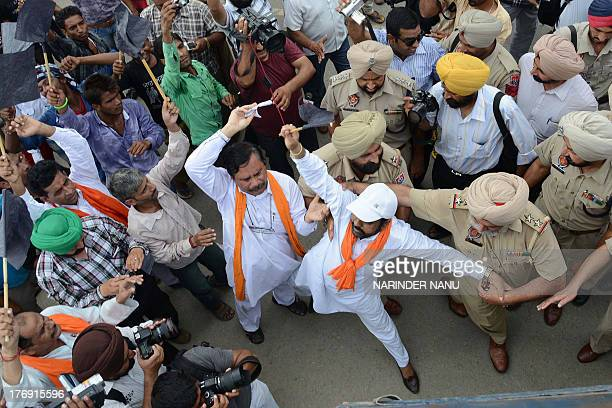 Indian police detain activists from Rashtriya wadi Shiv Sena as they march towards the DelhiLahoreDelhi bus service stop during a demonstration on...