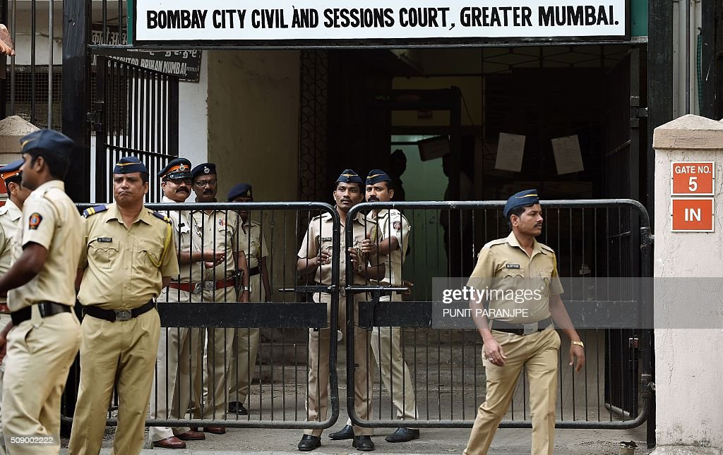 Indian police personnel stand guard outside the sessions court in Mumbai on February 8, 2016. An American who helped plot the Mumbai attacks told a court via video call on February 8 that Pakistan-based militants made two failed attempts on the Indian city before killing 166 people in November 2008. David Headley, who is serving 35 years in a United States prison for his role in the atrocity, said Lashkar-e-Taiba (LeT) militants had been behind the attacks eight years ago. AFP PHOTO / PUNIT PARANJPE / AFP / PUNIT PARANJPE