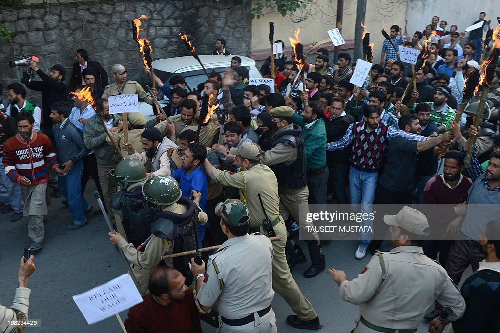 Indian police scuffle with Public Health Engineering department (PHE) government employees during a protest in Srinagar on May 8,2013. Indian police detained dozens of state government employees demanding the regularisation of contractual jobs and a hike in wages. AFP PHOTO/Tauseef MUSTAFA