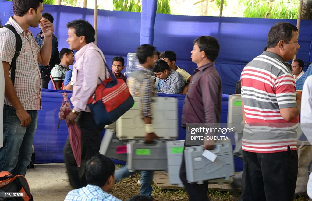 Indian polling officials carry Electronic Voting Machines(EVM)at a distribution point in Cooch Behar district on May 4, 2016, on the eve of voting in the final phase of state assembly elections in the eastern Indian state of West Bengal. / AFP / DIPTENDU