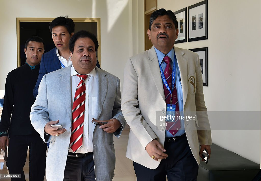 Indian Premier League chairman Rajiv Shukla (C) and CEO Rathnakar Shetty (R) arrive for the IPL auction in Bangalore on February 6, 2016. Australian all-rounder Shane Watson received the highest bid of $1.4 million while banished England star Kevin Pietersen was sold to a new franchise at a glitzy Indian Premier League auction on February 6. AFP PHOTO / AFP / STR