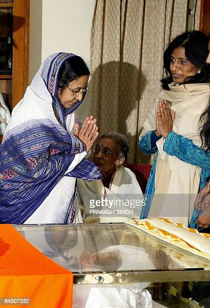 Indian President Pratibha Patil gestures while meeting wife janaki and daughter of former president Late R Venkataraman in New Delhi on January 28...