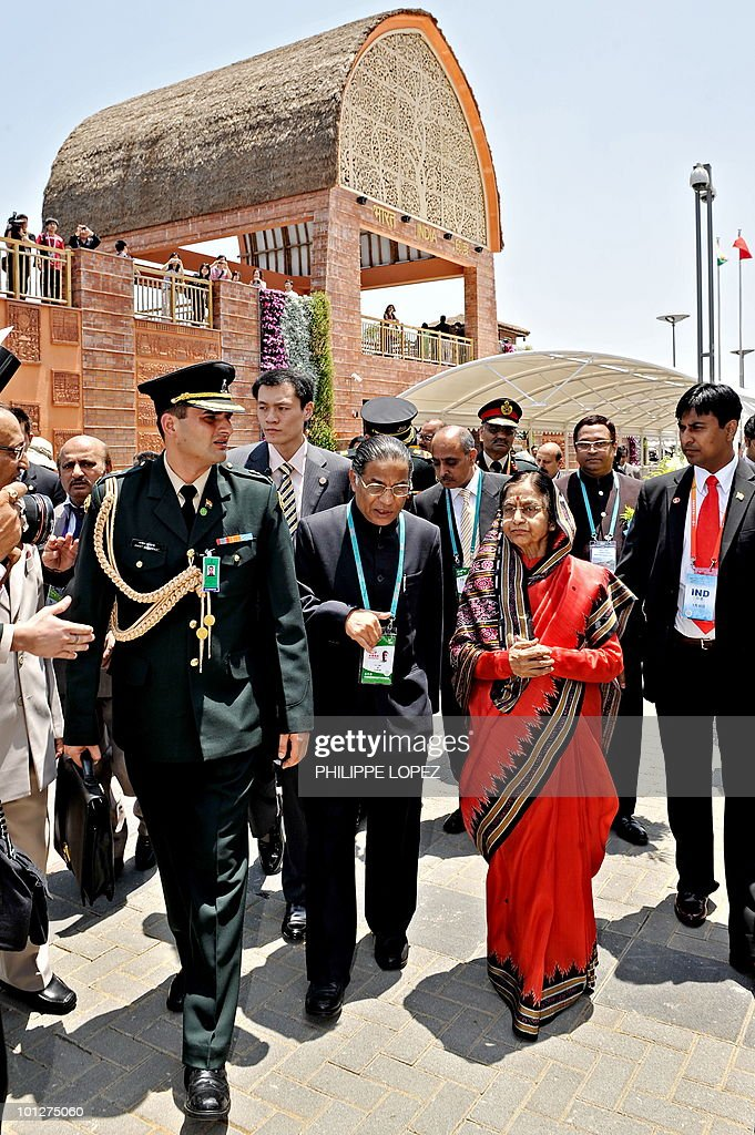 Indian President Pratibha Patil (R) visits the Indian pavilion at the site of the World Expo 2010 in Shanghai on May 30, 2010. Patil is on a state visit to China from May 26-31.