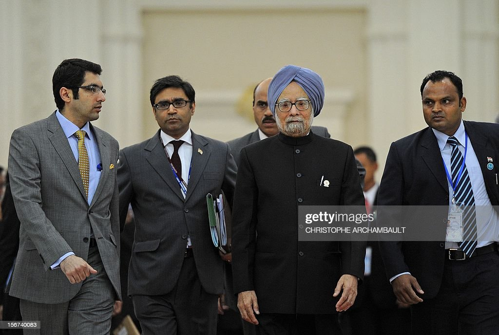 Indian Prime Minister Manmohan Singh (C) leaves the 7th East Asia Summit in Phnom-Penh on November 20, 2012. US President Barack Obama was set to defy Beijing's protests and use a summit to raise concerns over South China Sea rows that have sent diplomatic and trade shockwaves across the region. AFP PHOTO/Christophe ARCHAMBAULT