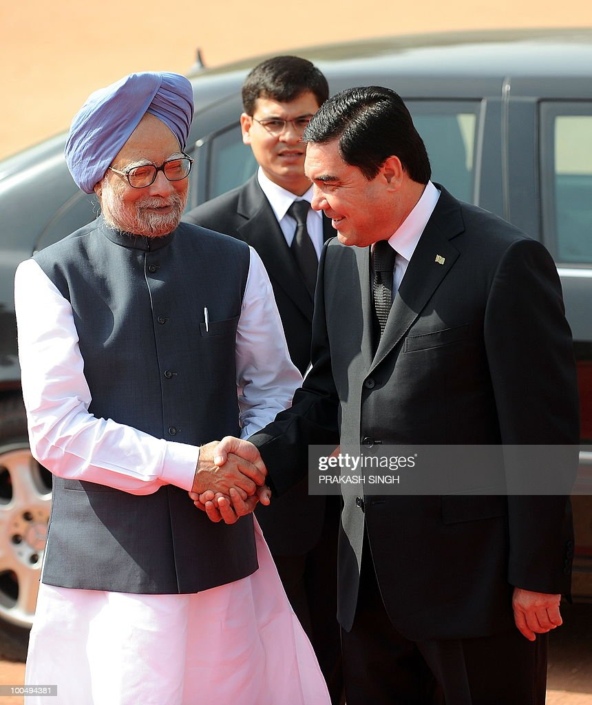 Indian Prime Minister Manmohan Singh (L) shakes hands with Turkmenistan President Gurbanguly Berdimuhamedov during a ceremonial reception at the Presidential Palace in New Delhi on May 25, 2010. Turkmenistan's President Gurbanguly Berdimuhamedov is on a three-day state visit to India till May 26. AFP PHOTO/ Prakash SINGH