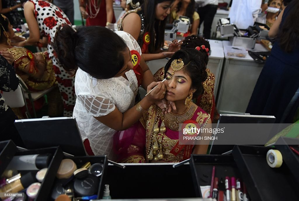 Indian professional make-up artists participate in the Bridal make up championship during the 7th International beauty & Spa expo at Pragati maidan in New Delhi on June 28, 2016. The expo is billed as India's largest beauty products trade show. / AFP / PRAKASH
