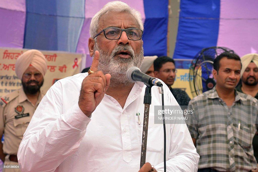 Indian Punjab state health and family welfare minister Surjit Kumar Jyani (C) addresses an eventon International DayAgainstDrug Abuse at a government drug rehabilitation centre in Amritsar on June 26, 2016. / AFP / NARINDER
