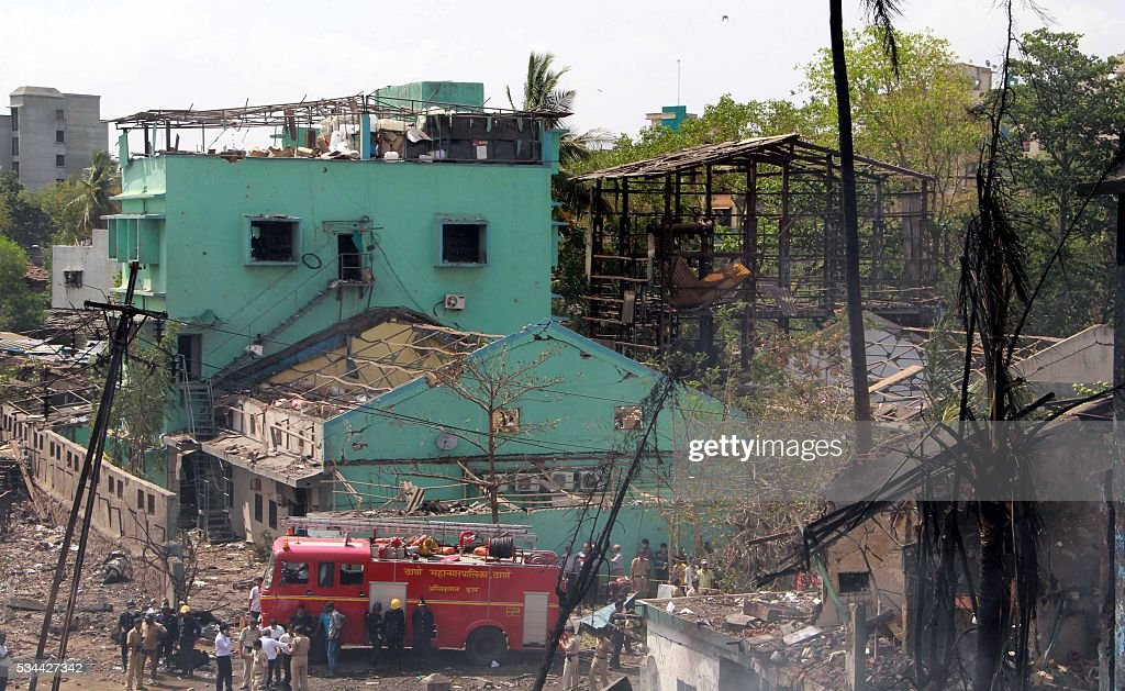 Indian rescue teams gather at the site of an explosion and fire that destroyed a chemical plant in Mumbai on May 26, 2016. An explosion tore through a chemical plant on May 26, killing three workers and injuring up to 35 others in India's financial capital of Mumbai, officials said. / AFP / -
