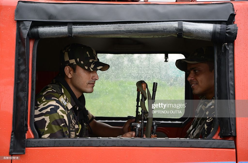 Indian security personnel patrol in a vehicle in Cooch Behar district on May 4, 2016, on the eve of voting in the final phase of state assembly elections in the eastern Indian state of West Bengal. / AFP / DIPTENDU
