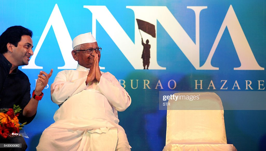 Indian social activist Anna Hazare poses during the poster launch of upcoming Hindi biopic film ANNA Kisan Baburao Hazare' directed by Shashank Udapurkar,(L) in Mumbai on June 27, 2016. / AFP / STR