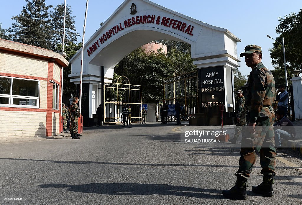 Indian soldiers stand by the main gate of the army hospital where avalanche survivor Hanumanthappa Koppad died on February 11, 2016 in New Delhi, days after being admitted following a rescue nearly a week after being buried by a deadly Himalayan avalanche. An Indian soldier, rescued nearly a week after being buried in eight metres (25 feet) of snow by a deadly Himalayan avalanche, died in hospital on February 11 of his injuries, the army said. AFP PHOTO / SAJJAD HUSSAIN / AFP / SAJJAD HUSSAIN