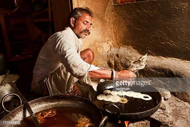 Indian Straßenverkäufer Essen zubereiten (jalabi