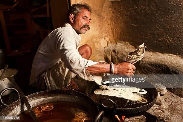 Indian Straßenverkäufer Essen zubereiten