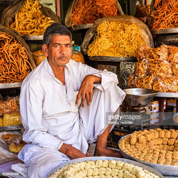 Indische street Anbieter verkaufen Süßigkeiten in der Nähe von Jaipur, Indien