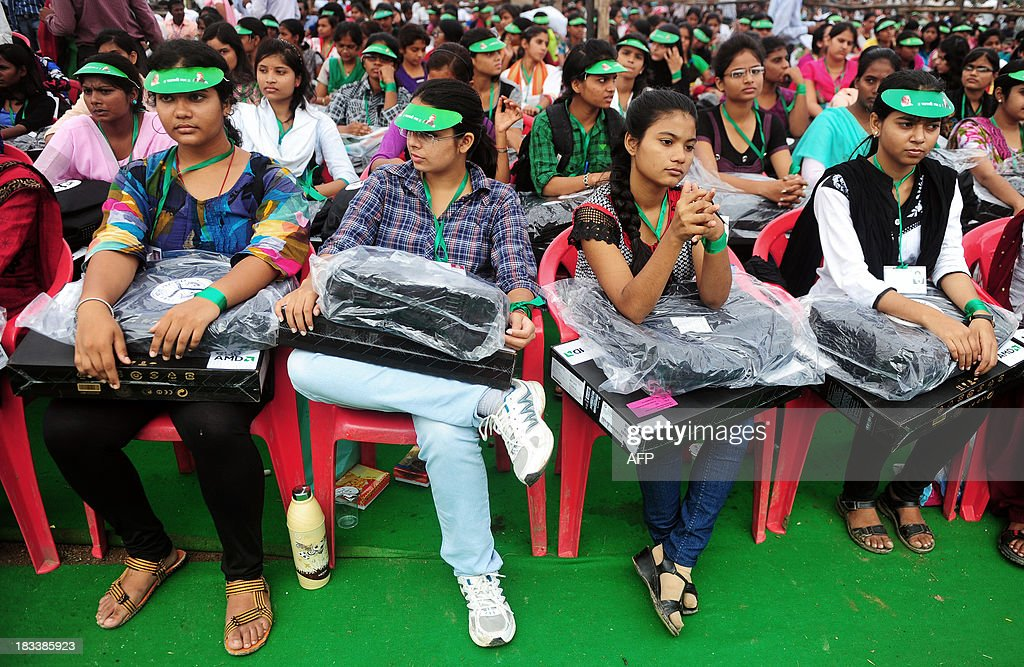 Indian student hold Hewlett-Packard laptops given to them by chief minister of Utar Pradesh, Akhilesh Yadav, during a laptop distribution function in Allahabad on October 6, 2013. Hewlett-Packard saw profits return in the past quarter, but slumping PC sales took a bite out of revenues of the troubled US tech giant.