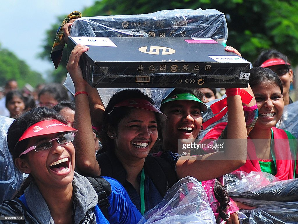 Indian student hold Hewlett-Packard laptops given to them by Indian chief minister of Utar Pradesh, Akhilesh Yadav, during a laptop distribution function in Allahabad on October 6, 2013. Hewlett-Packard saw profits return in the past quarter, but slumping PC sales took a bite out of revenues of the troubled US tech giant. AFP PHOTO/ SANJAY KANOJIA