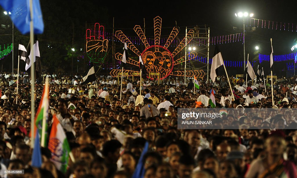 Indian supports look on during an election rally by All India Congress party President Sonia Gandhi and Dravida Munnetra Kazhagham (DMK) leader M.Karunanithi ahead of the Tamil Nadu state assembly elections in Chennai on May 5, 2016. / AFP / ARUN
