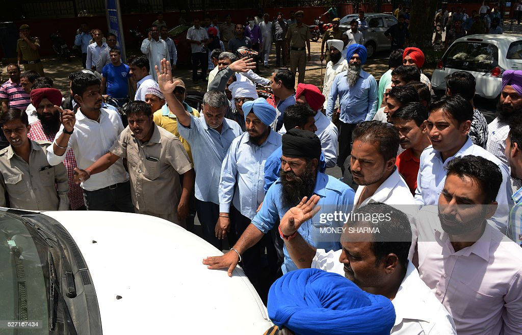 Indian taxi drivers and owners shout slogans as they halt the progress of a taxi during a protest in New Delhi on May 2, 2016, against the banning of diesel cabs from plying the roads of the Indian capital. Hundreds of taxi drivers took to the streets of New Delhi to protest a court order banning diesel cabs from plying the roads of the world's most polluted capital. The ban would impact some 27,000 diesel taxis registered in Delhi, including app-based cab operators Ola and Uber. / AFP / MONEY