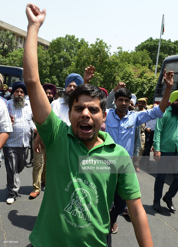 Indian taxi drivers and owners shout slogans during a protest in New Delhi on May 2, 2016, against the banning of diesel cabs from plying the roads of the Indian capital. Hundreds of taxi drivers took to the streets of New Delhi to protest a court order banning diesel cabs from plying the roads of the world's most polluted capital. The ban would impact some 27,000 diesel taxis registered in Delhi, including app-based cab operators Ola and Uber. / AFP / MONEY