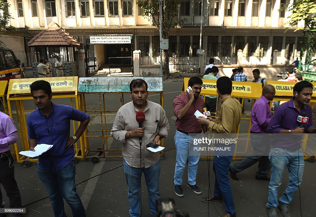 Indian television journalists reports from outside the sessions court in Mumbai on February 8, 2016. An American who helped plot the Mumbai attacks told a court via video call on February 8 that Pakistan-based militants made two failed attempts on the Indian city before killing 166 people in November 2008. David Headley, who is serving 35 years in a United States prison for his role in the atrocity, said Lashkar-e-Taiba (LeT) militants had been behind the attacks eight years ago. AFP PHOTO / PUNIT PARANJPE / AFP / PUNIT PARANJPE