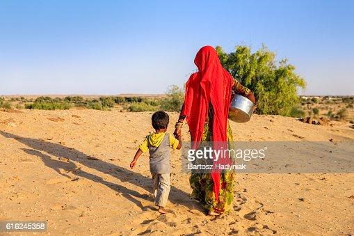Mujer India de transporte de agua del bien, Rajastán : Foto de stock