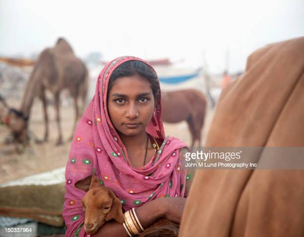 Indian femme détient une chèvre durant la Foire aux chameaux de Pushkar
