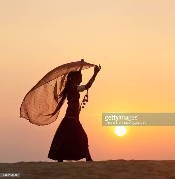 Femme indienne en vêtements traditionnels dans le désert