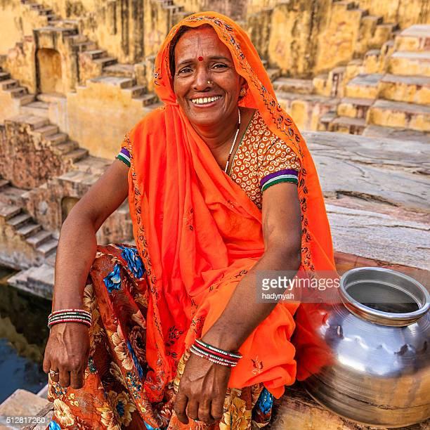 Indische Frau ruhen im stepwell wurde im village in der Nähe von Jaipur, Indien