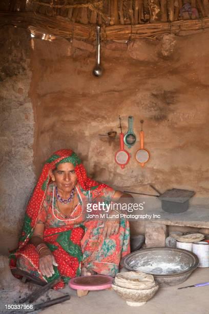 Indische Frau sitzt in hut