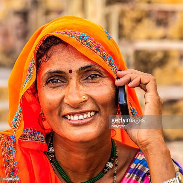 Indische Frau mit Handy, village in der Nähe von Jaipur, Indien