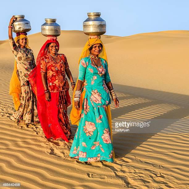Indian femme transportant sur la surface de l'eau et de la région