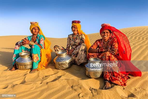 Indien femme transportant l'eau de la région et bien, désert village, Inde