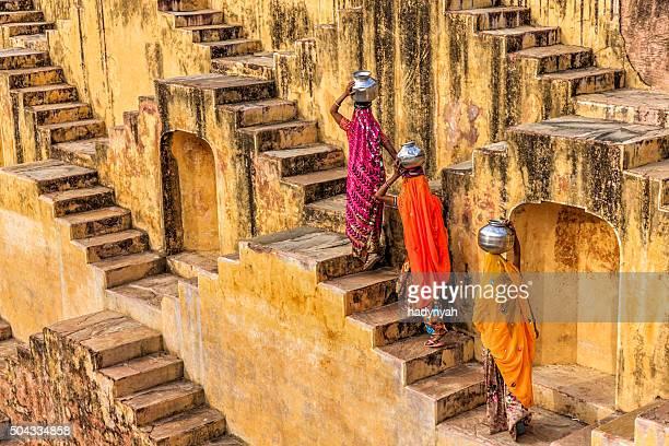 Indische Frauen tragen von Wasser stepwell wurde in der Nähe von Jaipur