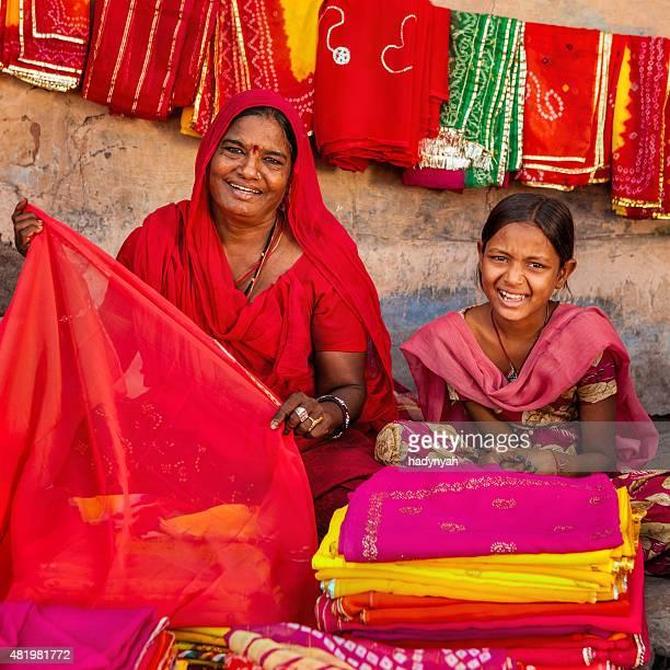 Indische Frauen in bunten Stoffe zu verkaufen