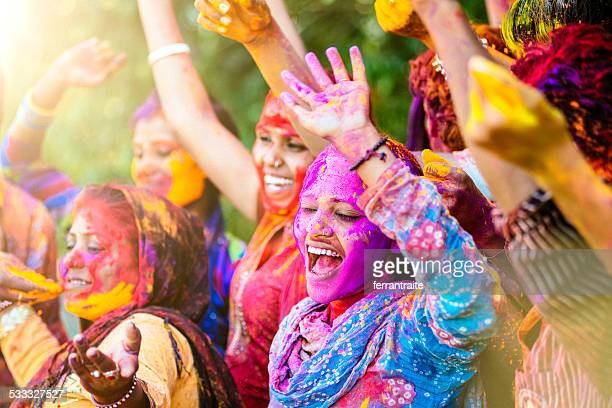 Indische Frauen werfen bunte Holi powder