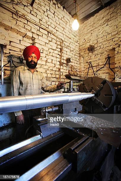 Indischer Mitarbeiter: Drehmaschine Arbeit