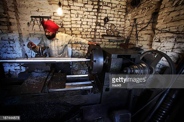 Indischer Mitarbeiter: Drehmaschine Arbeiter