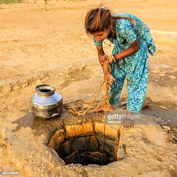 Indian young girl drawing agua de un bien, Rajastán