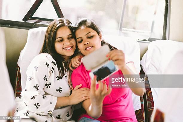 Indian jeunes étudiants prenant un selfie dans le bus scolaire