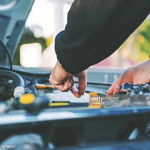 USA, Indiana, Man fixing car engine