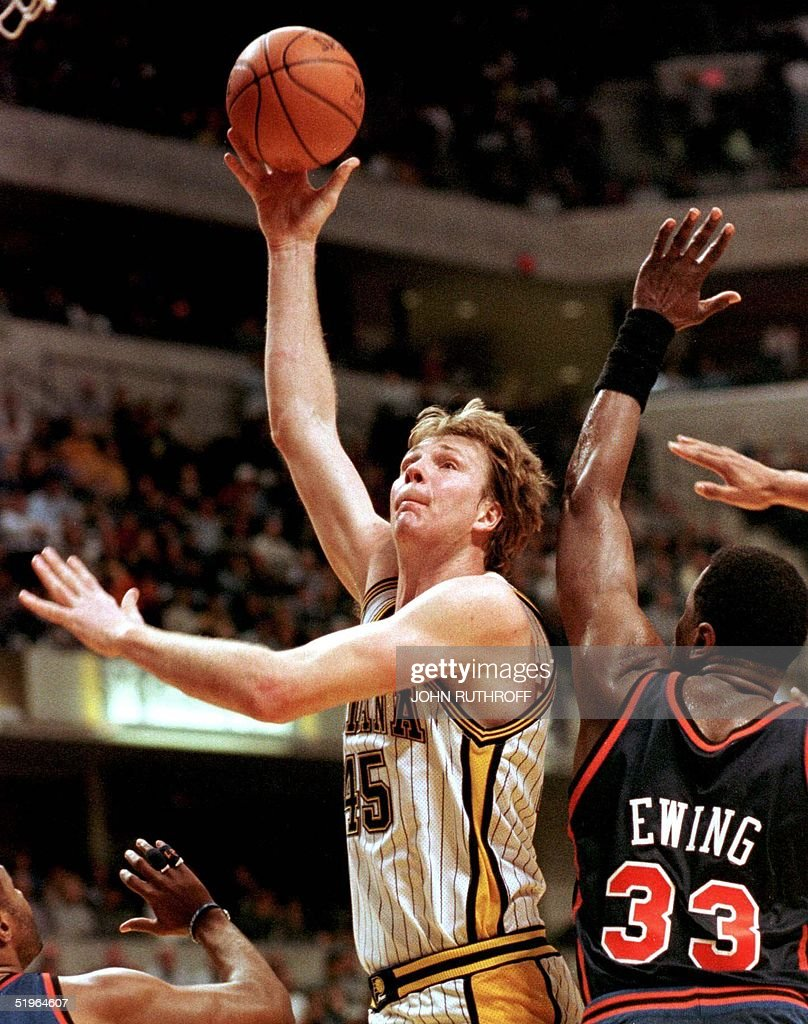 Indiana Pacers center Rik Smits L shoots past N