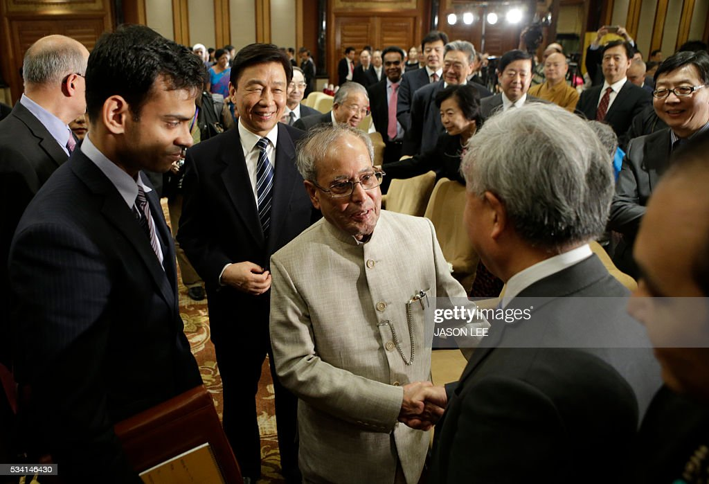 Indias President Pranab Mukherjee (C) and China's Vice President Li Yuanchao (behind) attend a reception in Beijing on May 25, 2016. / AFP / POOL / JASON LEE