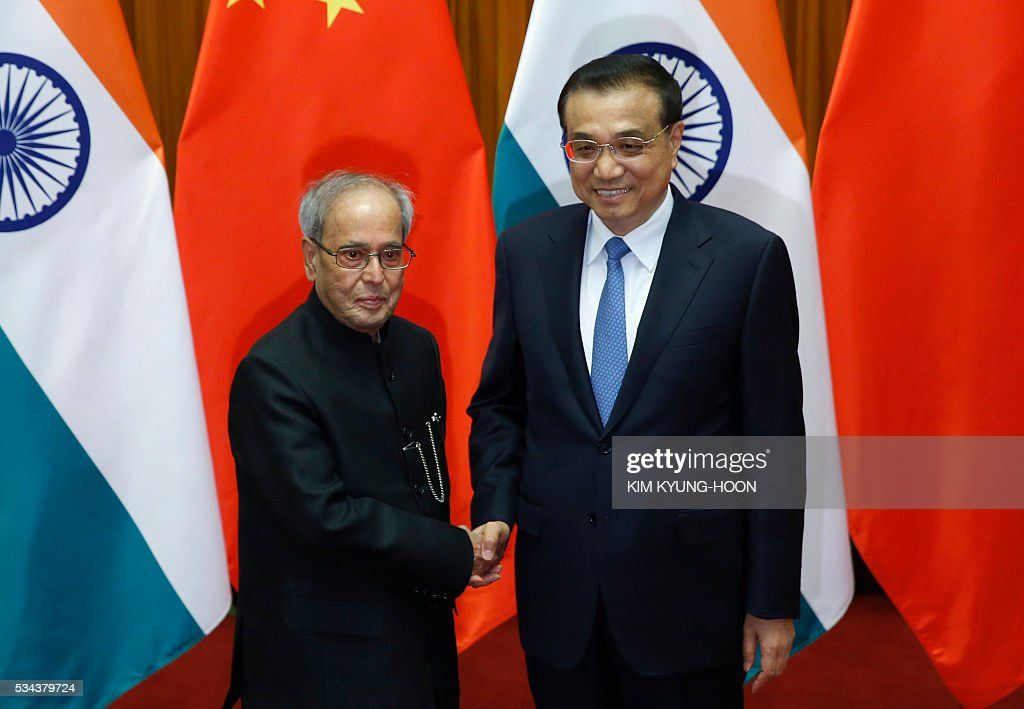 India's President Pranab Mukherjee (L) meets with China's Premier Li Keqiang at the Great Hall of the People in Beijing on May 26, 2016. / AFP / POOL / KIM